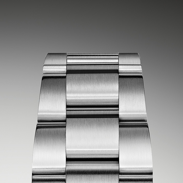 The Oyster bracelet is a perfect alchemy of form and function, aesthetics and technology, designed to be both robust and comfortable. It is equipped with an Oysterlock folding clasp, which prevents accidental opening and the Easylink comfort extension link, also exclusive to Rolex. This ingenious system allows the wearer to increase the bracelet length by approximately 5 mm, providing additional comfort in any circumstance.